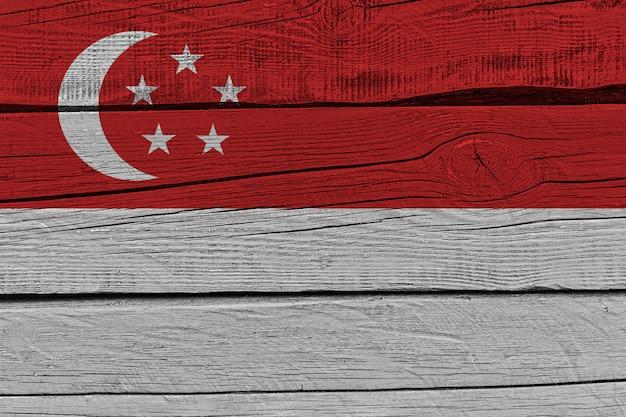 古い木の板に描かれたシンガポールの国旗
