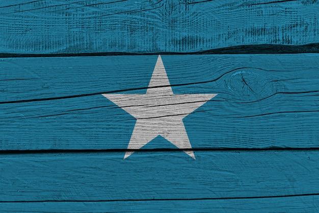 古い木の板に描かれたソマリアの国旗