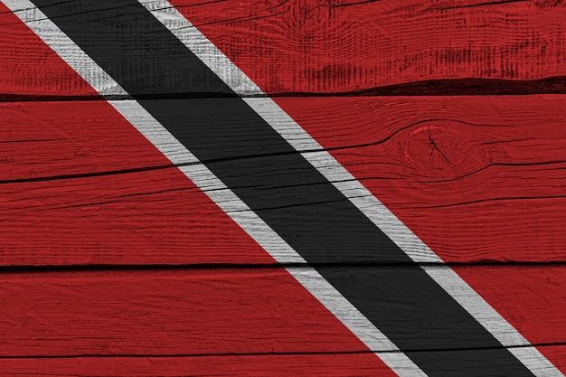 古い木の板に描かれたトリニダード・トバゴの旗