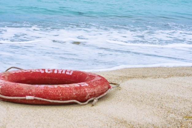Спасательный круг на пляже