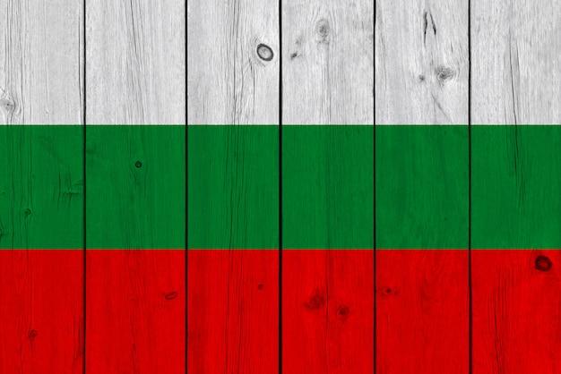 古い木の板に描かれたブルガリアの国旗