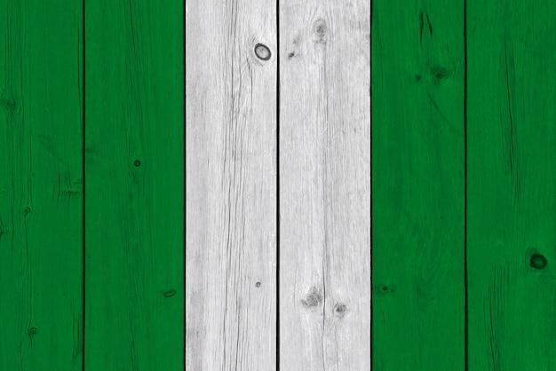 古い木の板に描かれたナイジェリアの国旗