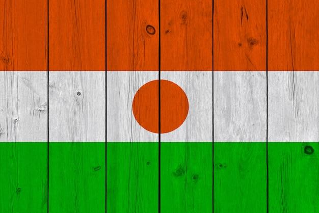 古い木の板に描かれたニジェールの国旗
