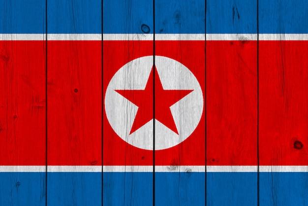 古い木の板に描かれた北朝鮮の旗