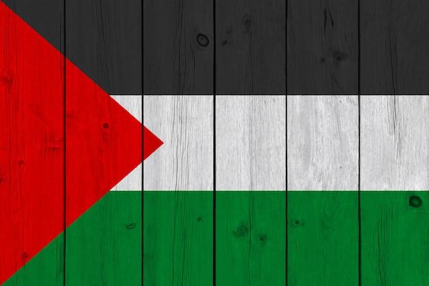 古い木の板に描かれたパレスチナの旗