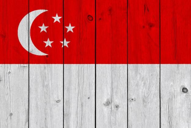 古い木の板に描かれたシンガポールの旗