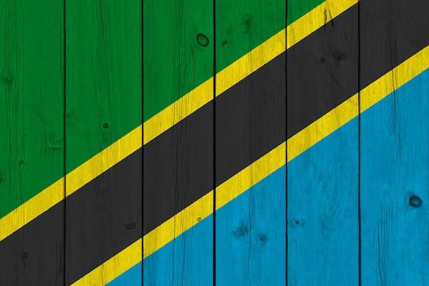 古い木の板に描かれたタンザニアの国旗