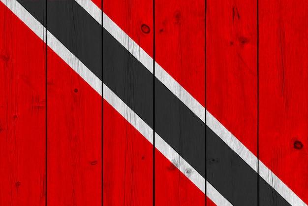 古い木の板に描かれたトリニダード・トバゴの国旗