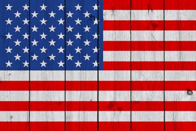 古い木の板に描かれた米国旗