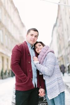 幸せな愛情のあるカップルのキス、楽しんで、または年末年始の屋外、街を歩いて