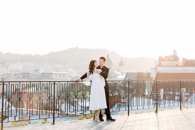 中国の新郎ハンサムな男と白いウェディングドレスの花嫁若いかわいい女性