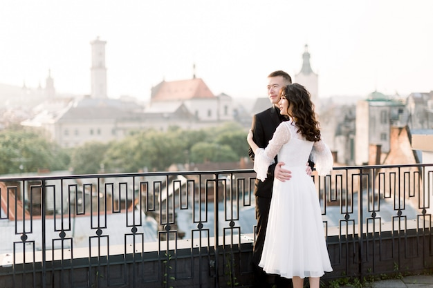 美しい中国の結婚式のカップルを受け入れ、日の出を見て