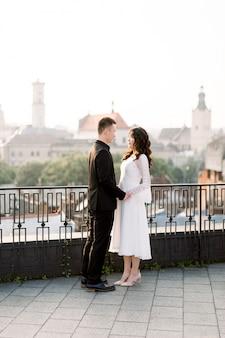 屋上にアジアの結婚式のカップル。