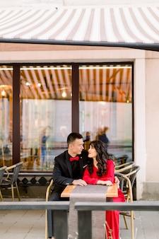 路上の旧市街で恋に若い中国人カップルのアウトドアライフスタイルの肖像画