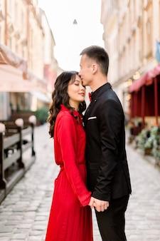 晴れた日に旧市街で中国のかわいい女と男のカップル。