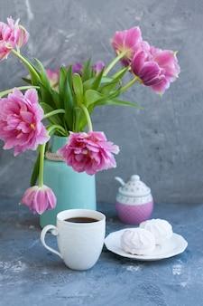 Вкусное угощение: чашка кофе и тарелка зефира.