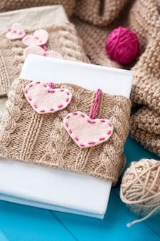 Старый блокнот в вязаной обложке с фетровыми сердечками