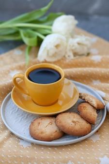 おいしいおやつ。一杯のコーヒーとクッキーのプレート。