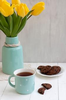 おいしいおやつ:お茶とクッキーのプレート。