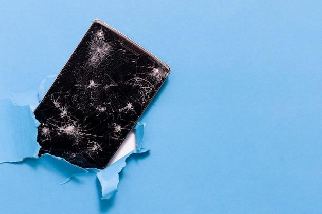 青の背景にスマートフォンの修理