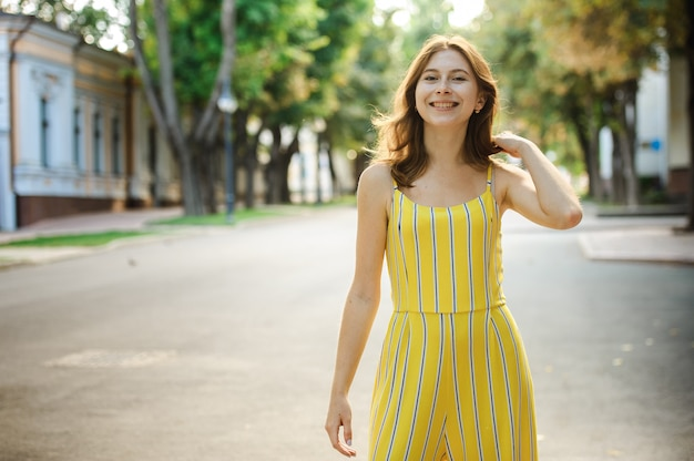Портрет красивой веселой рыжей девушки студента.