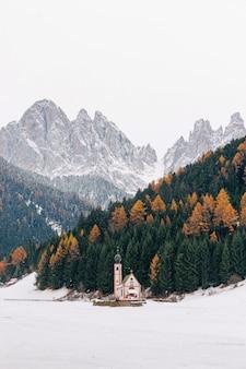 冬の聖ヨハン教会、サンタマッダレーナ、ヴァルディフネス、ドロミテ。