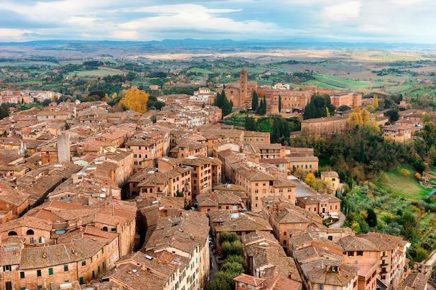 Прекрасный вид на средневековый город сиена в тоскане, италия