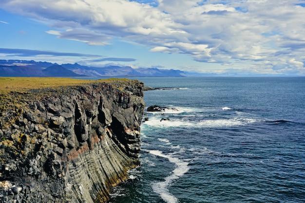 Скалы возле арнастапи, исландия, в солнечный день