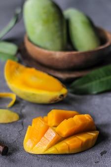 Свежий зеленый ломтик манго с зелеными листьями