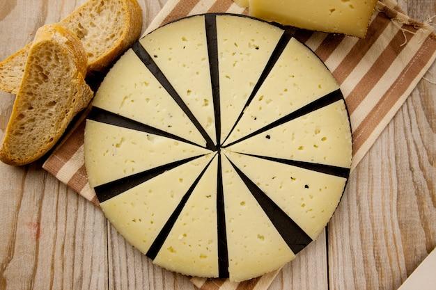 スライスしたマンチェゴチーズの前菜