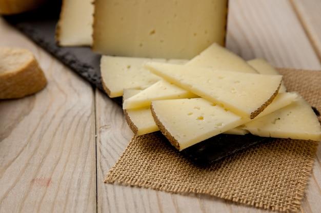パンとマンチェゴチーズのスライス