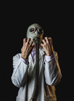 怒りのジェスチャーを持つ医師