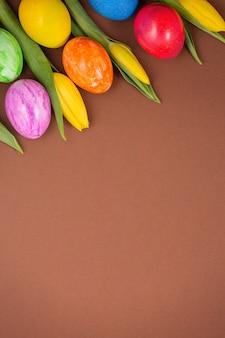 Красивая группа пасхальных яиц весной на пасху, красные яйца, синие, фиолетовые и желтые