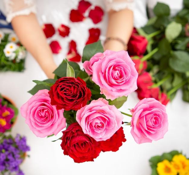 アジアの女性が店で顧客に販売するための花を準備