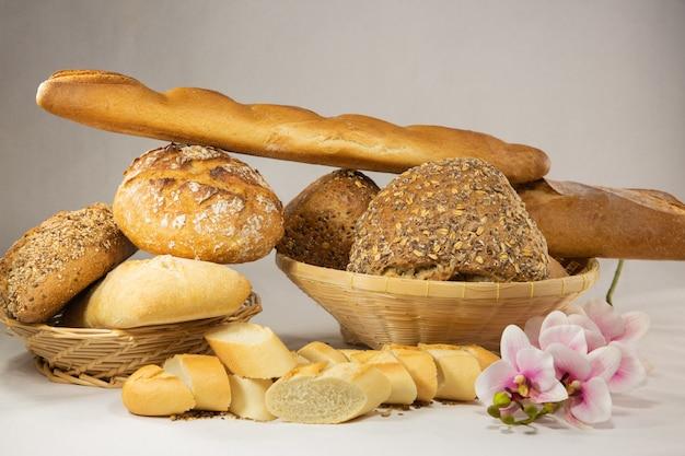 Свежий домашний простой хлеб и хлебный злак для здоровой пищи из натуральной муки