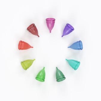 さまざまな色のいくつかの月経カップ。