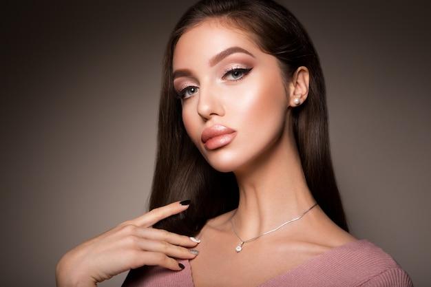 美容女性の顔の肖像画。完璧な新鮮なきれいな肌を持つ美しいモデルの女の子