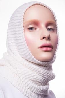 Молодая женщина в творческий образ с художественным макияжем.