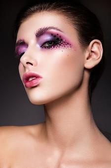 ピンクのメイクアップと美しい女性