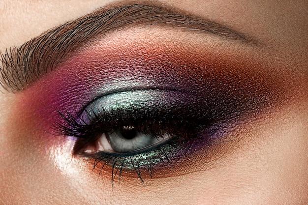 Крупным планом красивый женский глаз