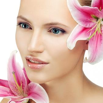 Красивая женщина с цветком