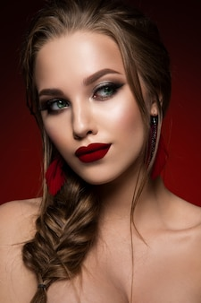 化粧。新鮮なメイクやロマンチックな髪型を持つ美しい女性モデルのグラマーの肖像画。