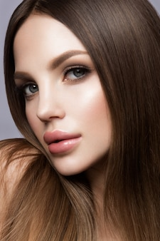 美しさの女性の顔の肖像画。完璧な新鮮なきれいな肌を持つ美しいモデルの女の子