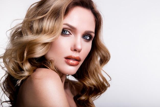 Красивая молодая женщина с оранжевыми губами