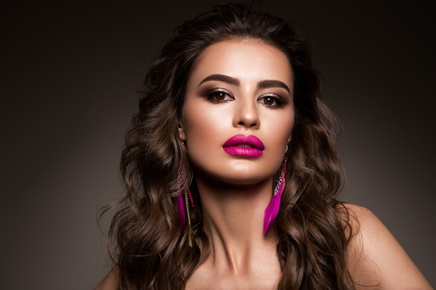 美しさの女性の顔の肖像画。完璧な新鮮なきれいな肌を持つ美しいモデルの女性