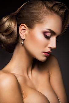 新鮮な毎日のメイクとロマンチックな波状髪型と美しい女性モデルの魅力ポートレート。