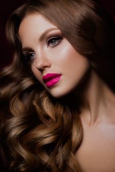 明るいメイクと美容ファッションモデルの女の子