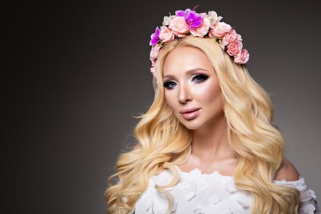 Красивая женщина с длинными вьющимися волосами, идеальный макияж