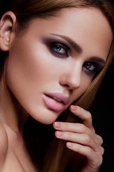 Красота фотомодели девушка с ярким макияжем