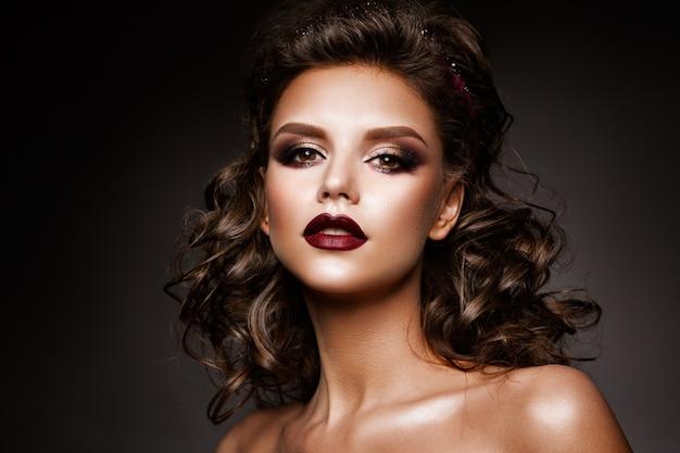 Красивая женщина с профессиональным макияжем